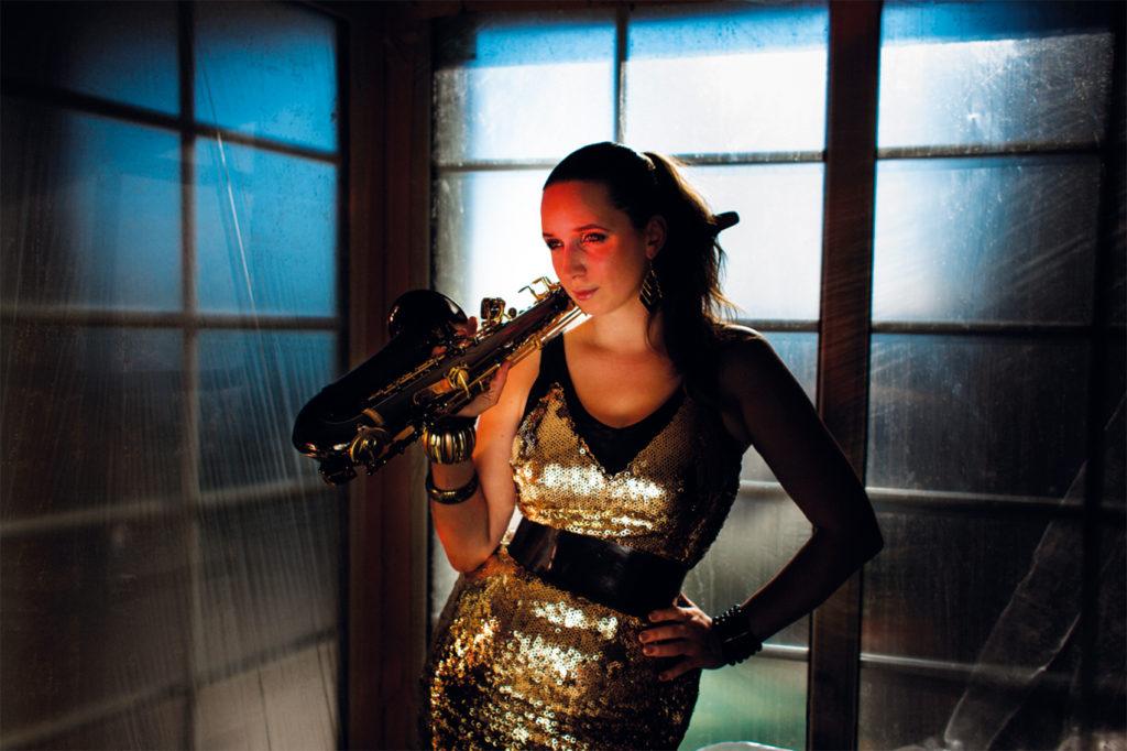annie-black-saxofon
