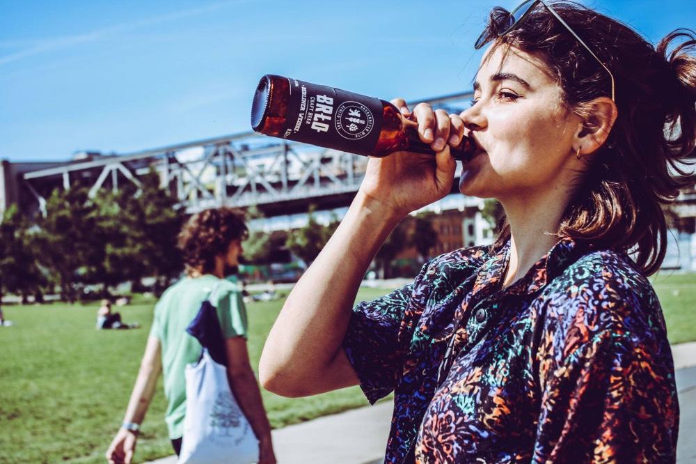 berlin-piti-na-verejnosti-pivo