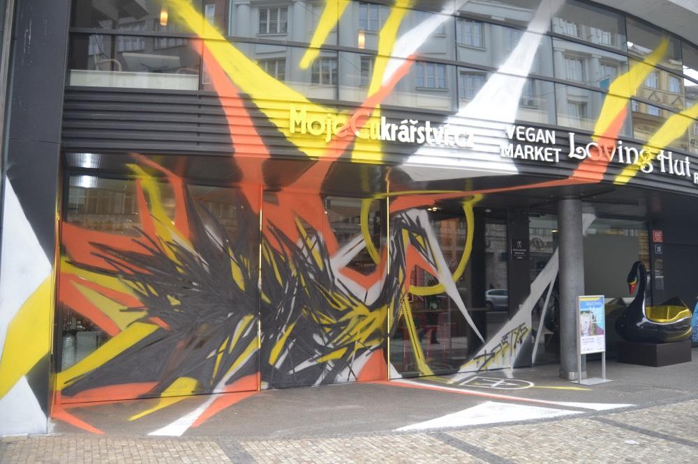 dum-cerna-labut-street-art-praha