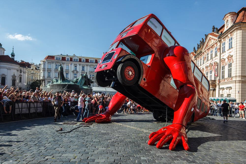 červený autobus Davida Černého