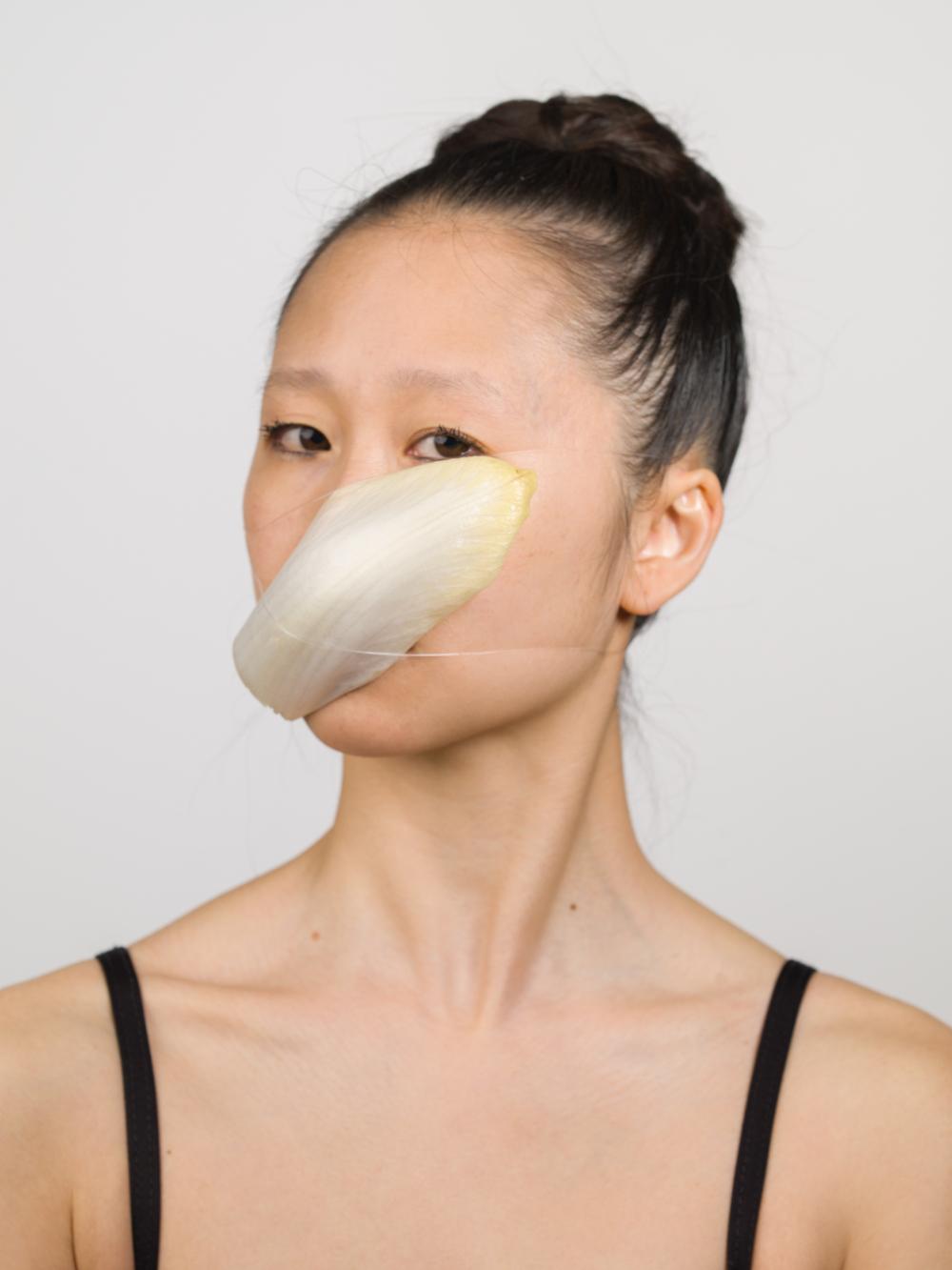 žena v masce ze zeleniny